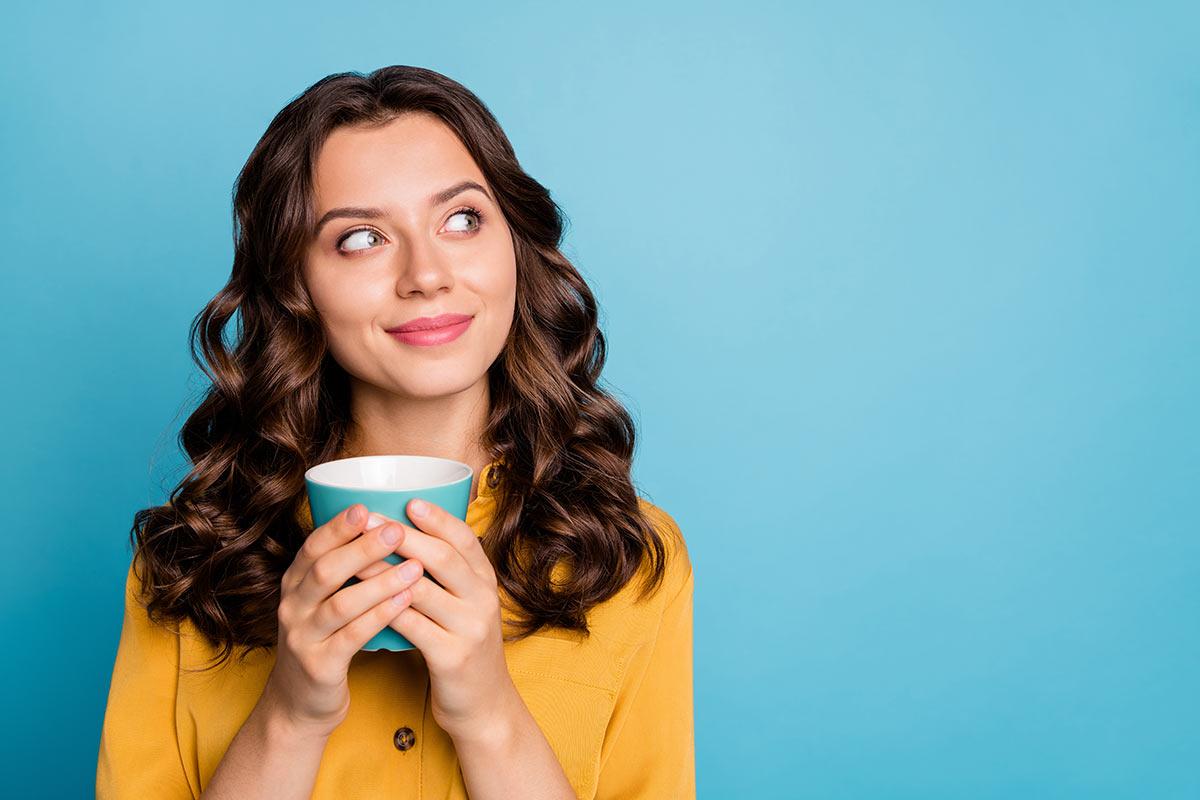 La caffeina fa bene ai capelli