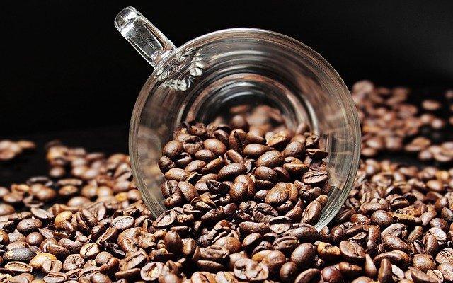 la caffeina stimola la ricrescita dei capelli