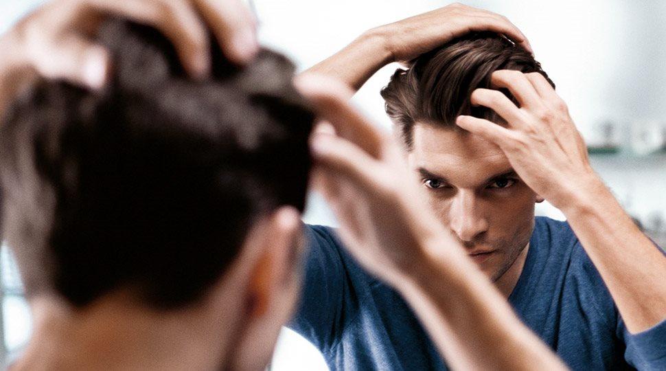 Come mettere la cera sui capelli corti