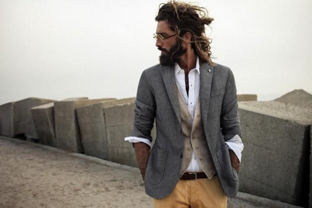 uomo capelli lunghi e barba