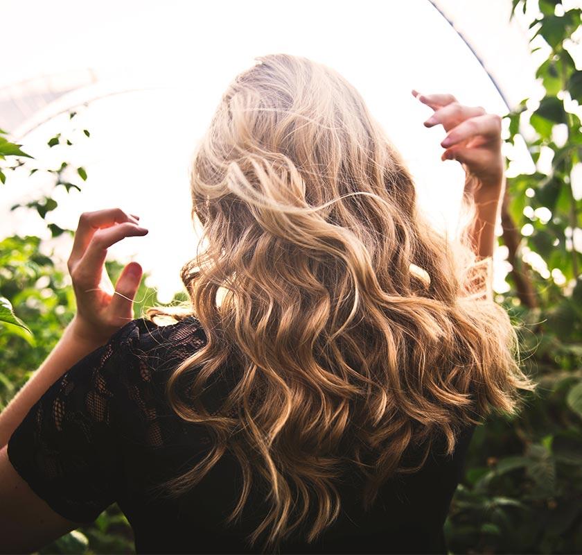 benefici dell'ortica sui capelli lunghi