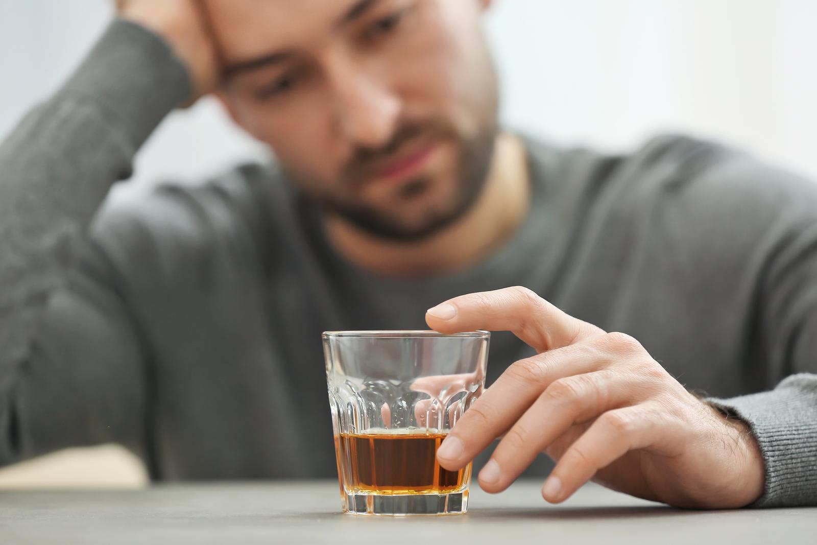 perdere i capelli alcool